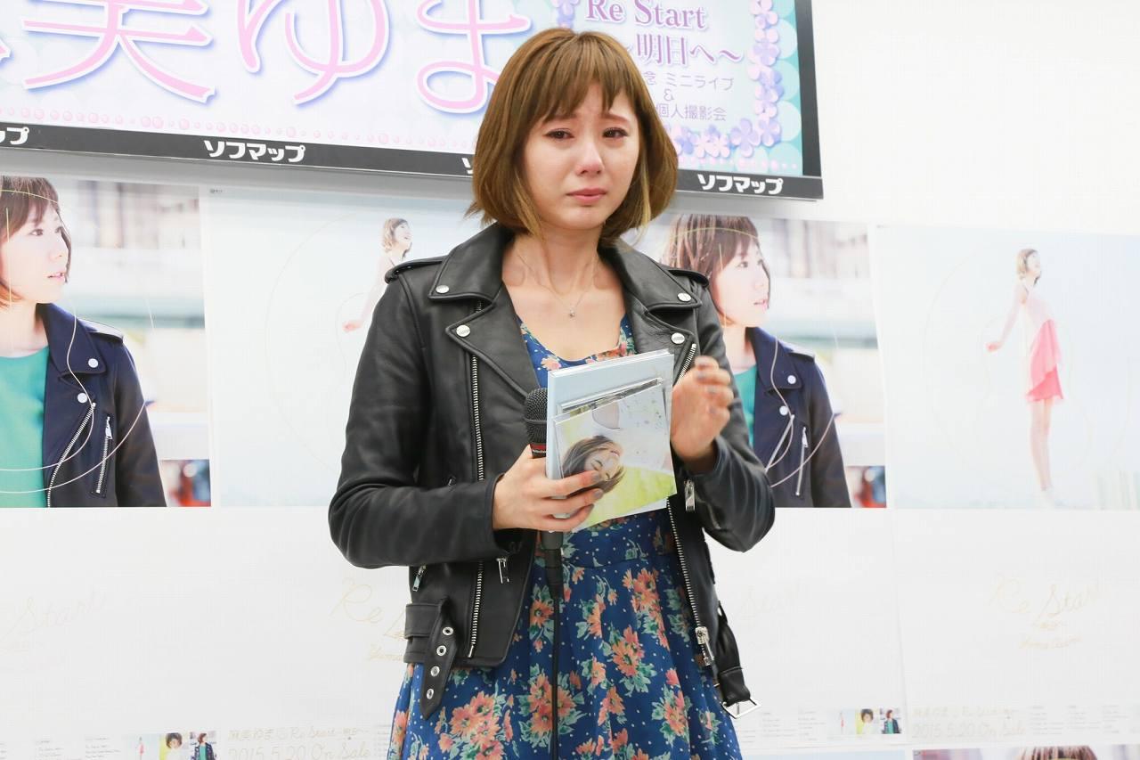 新曲「Re Start ~明日へ~」の記者発表会に出席した麻美ゆま、氣志團・綾小路翔の激励メッセージに感涙