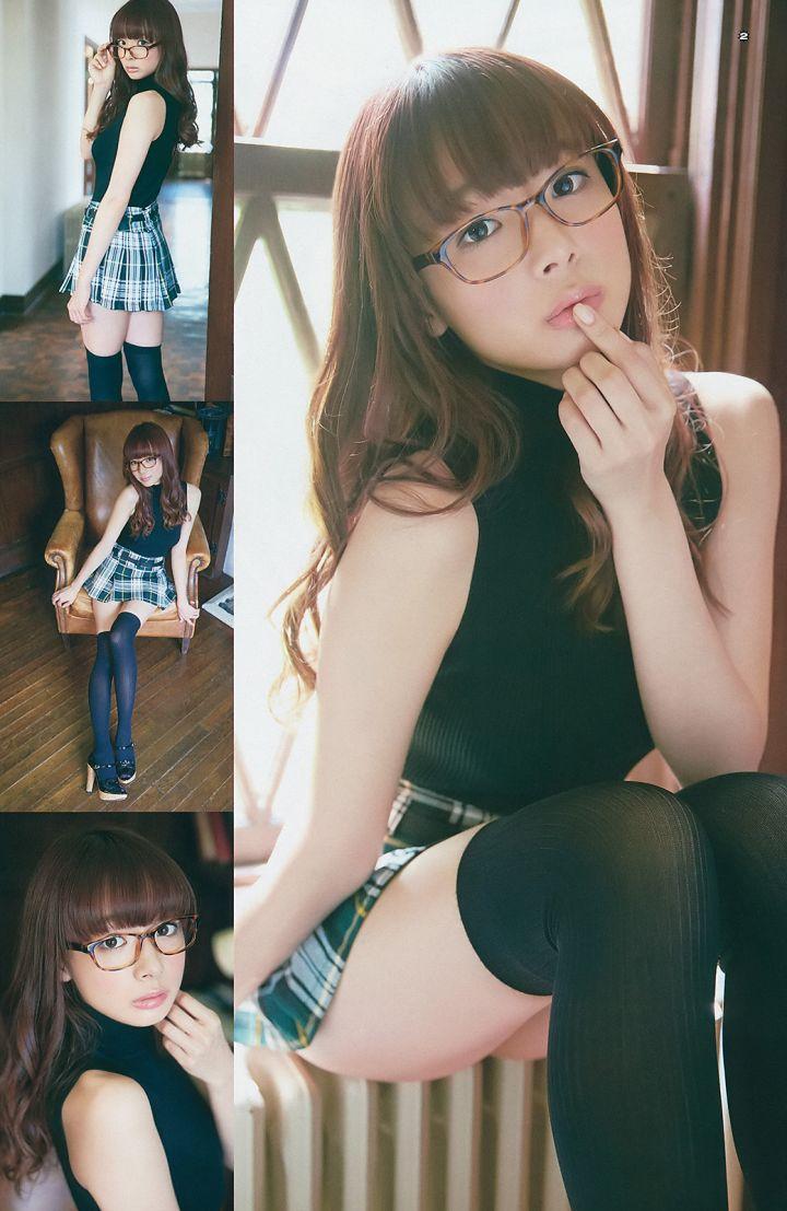眼鏡をかけた岡田紗佳のグラビア