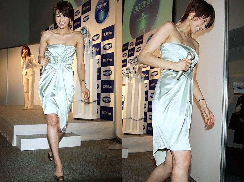 セクシーなドレスを着た吉瀬美智子