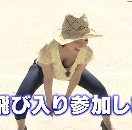 胸元が緩い服でかがんでおっぱいポロリするCBCの夏目みな美アナ