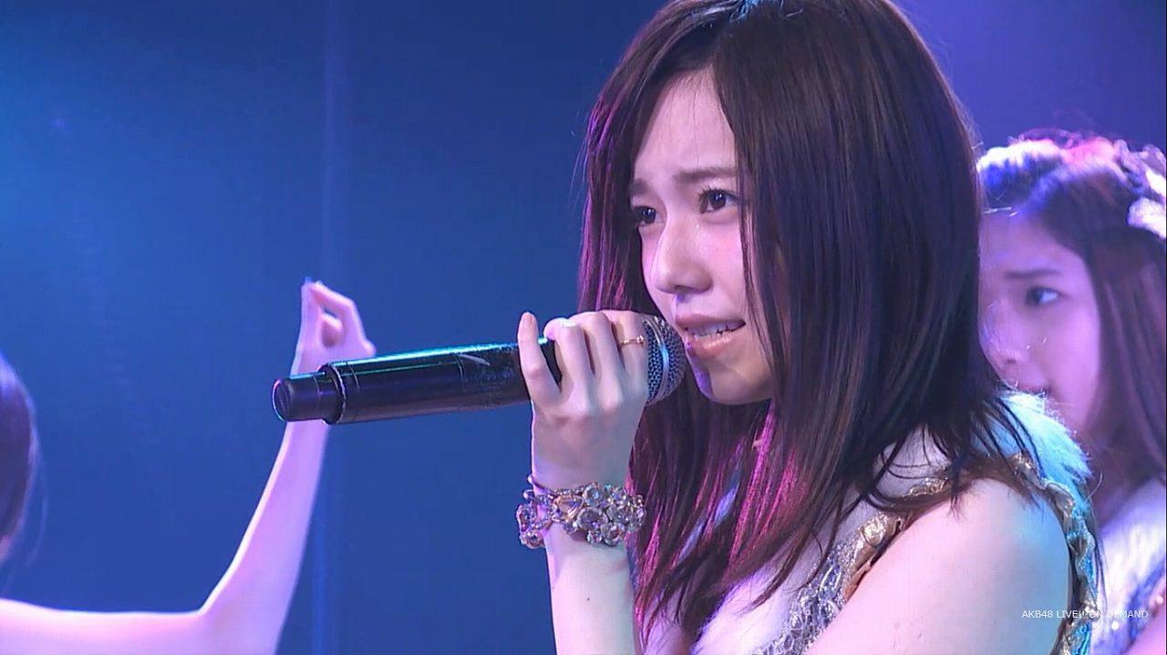 公演で歌う島崎遥香