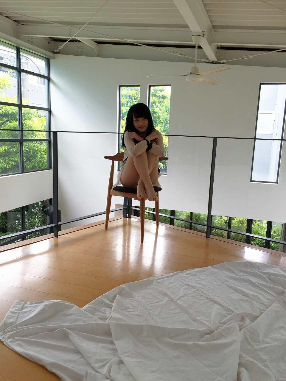 AKB48・向井地美音のグラビア撮影オフショット