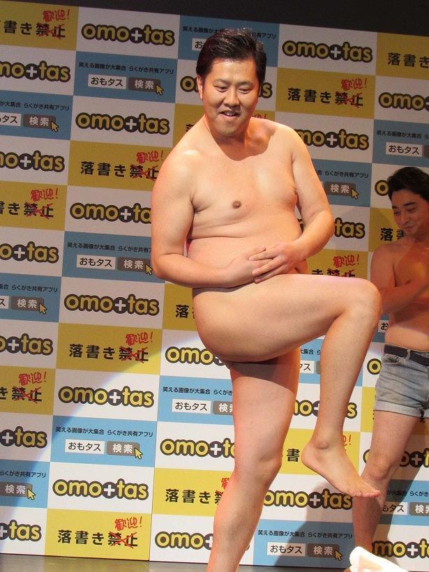 「全裸に見えるポーズ」をするとにかく明るい安村