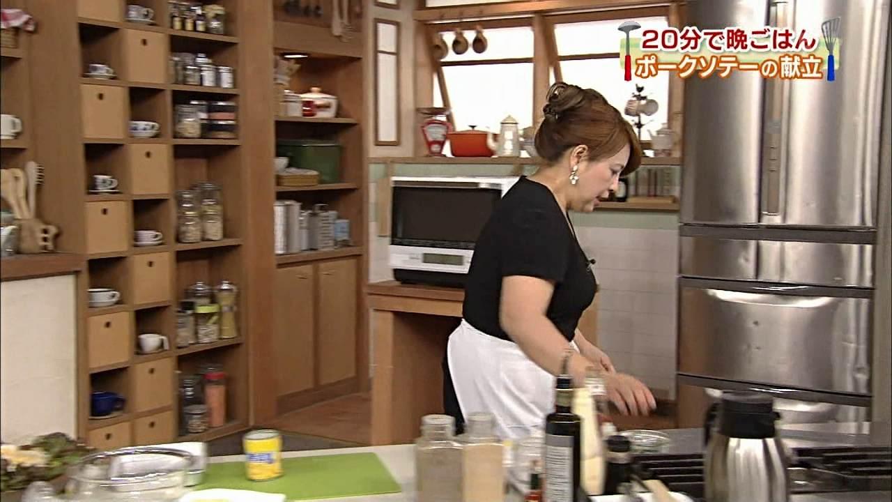 NHKのEテレ「20分で晩ごはん」で料理をする多賀正子