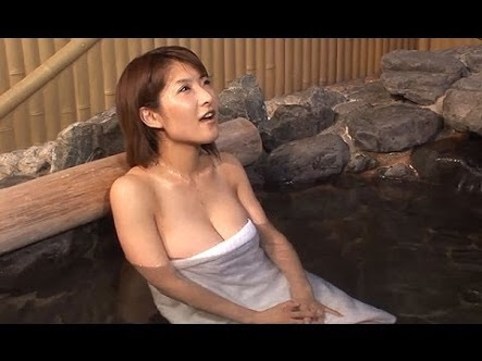 バスタオル1枚で温泉に入る古瀬絵理