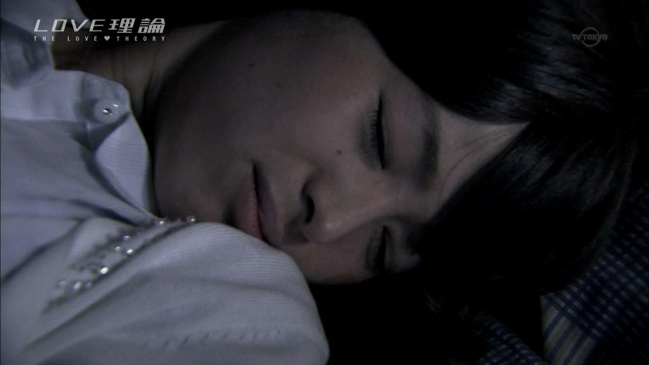 ドラマ「LOVE理論」第7話、押し倒されて胸を揉まれる白石茉莉奈