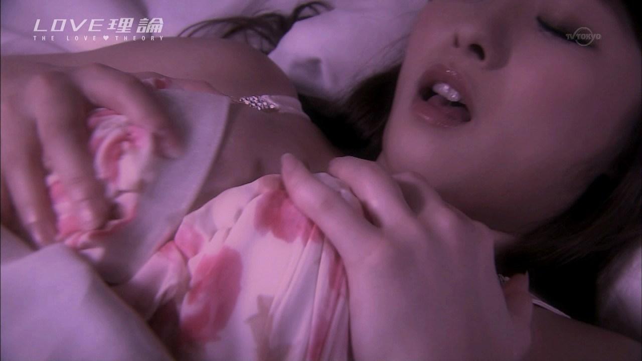 ドラマ「LOVE理論」第7話、下着姿で胸を揉まれる白石茉莉奈