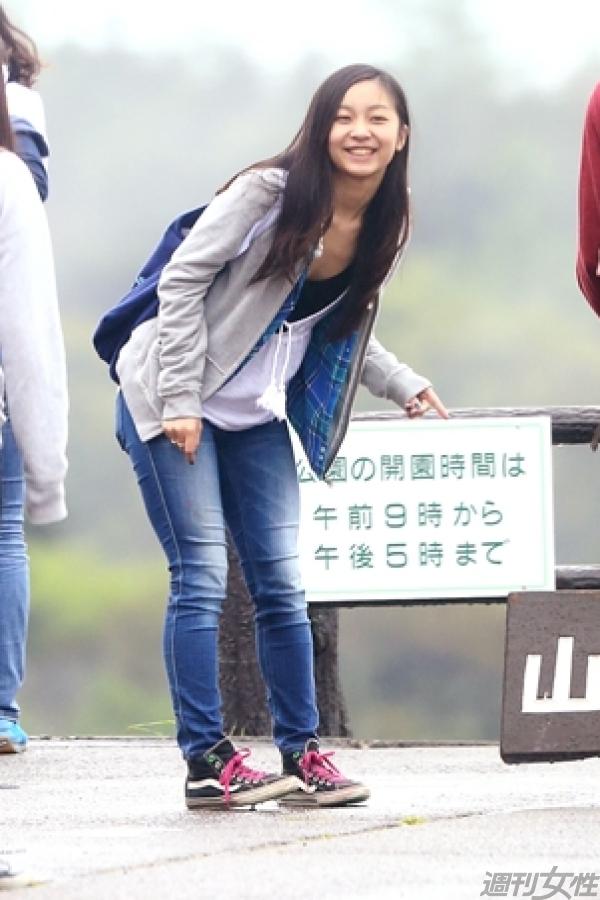 合宿2日目、「山梨県立まきば公園」で記念撮影をしようとしている佳子さまの胸チラ