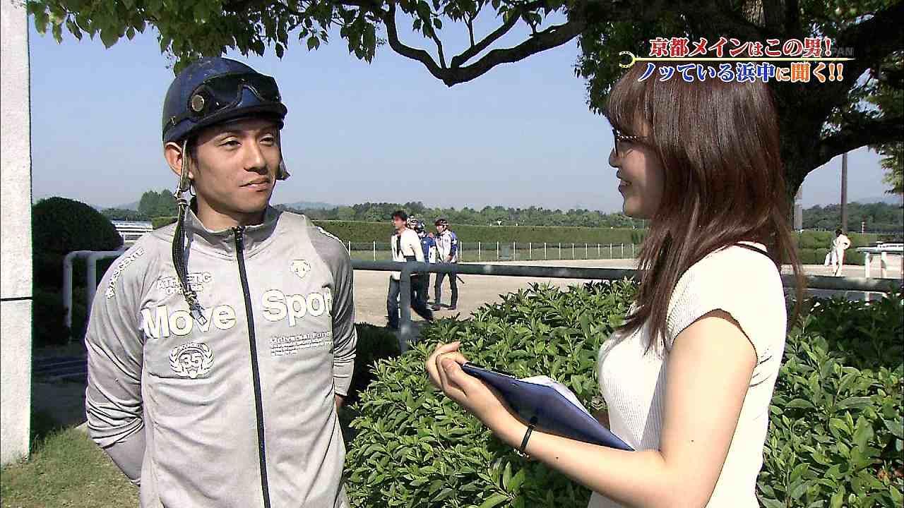 テレ東「ウイニング競馬」、胸を強調した服で騎手を取材する鷲見玲奈アナ