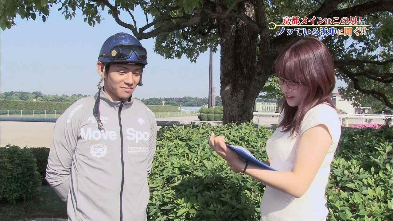 テレ東「ウイニング競馬」、胸を強調した服で騎手にインタビューする鷲見玲奈アナ