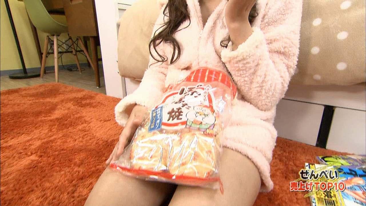TBS「ランク王国」、ショートパンツ部屋着で煎餅を食べる美咲アヤカ