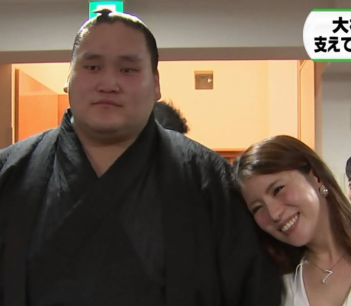 スージョ?新大関・照ノ富士に寄りそう照ノ富士の爆乳彼女