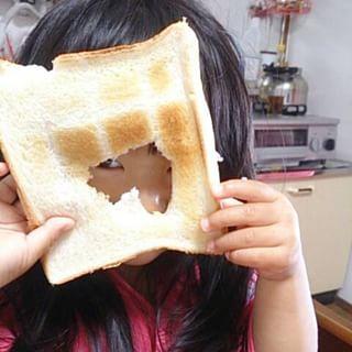 パンに開けた穴からチラッと覗く女の子
