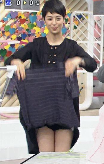 TBS「あさチャン」でワンピースがまくれ上がりパンチラする夏目三久アナ