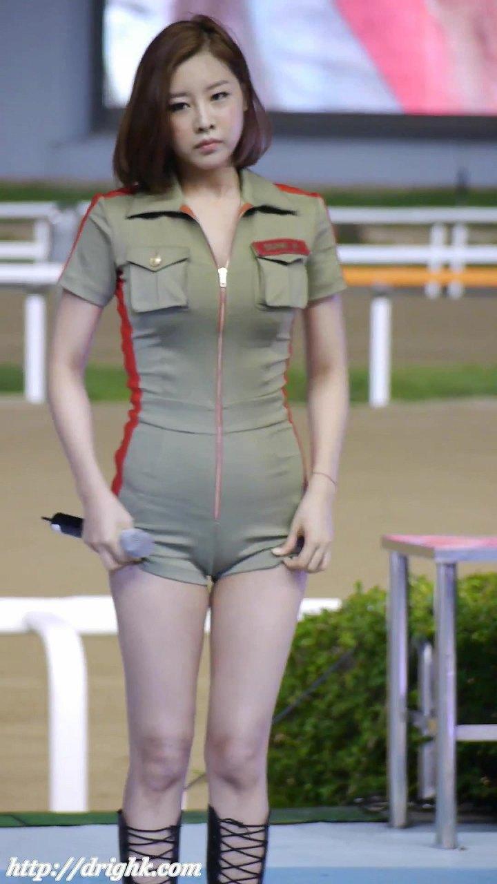 衣装が小さすぎてくっきりマンスジになってる韓国人アイドル