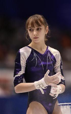 レオタード姿の体操女子選手、ビクトリア・コモワのモリマン