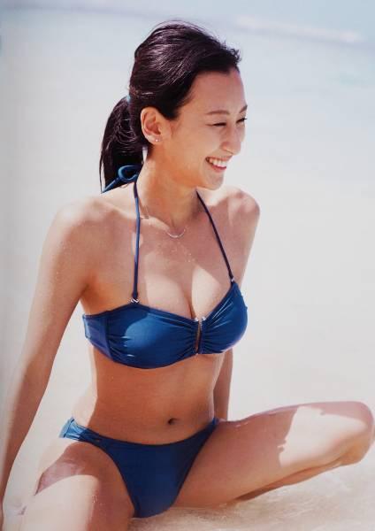浅田舞の写真集「舞」のビキニ開脚画像