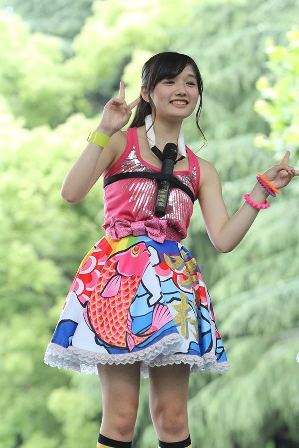 マイクをパイズリ状態でパフォーマンスするつりビットの安藤咲桜
