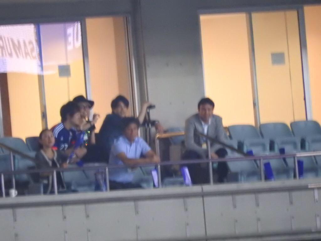 埼玉スタジアムでW杯アジア2次予選のシンガポール戦を観戦するNEWS手越祐也と内田篤人