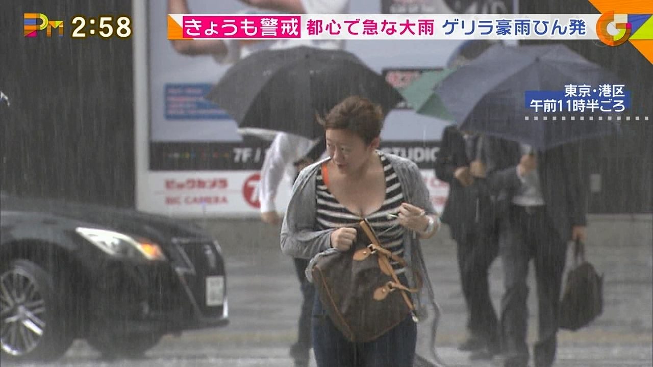 フジテレビ「グッディ」のお天気中継で映ったふっくら巨乳谷間をゆさゆささせて走る女