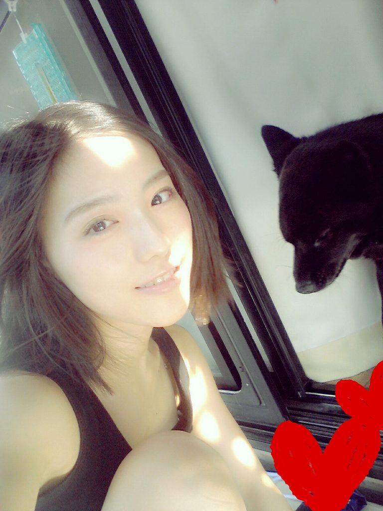 タンクトップを着て乳首ポロリしてるNMB48の井尻晏奈