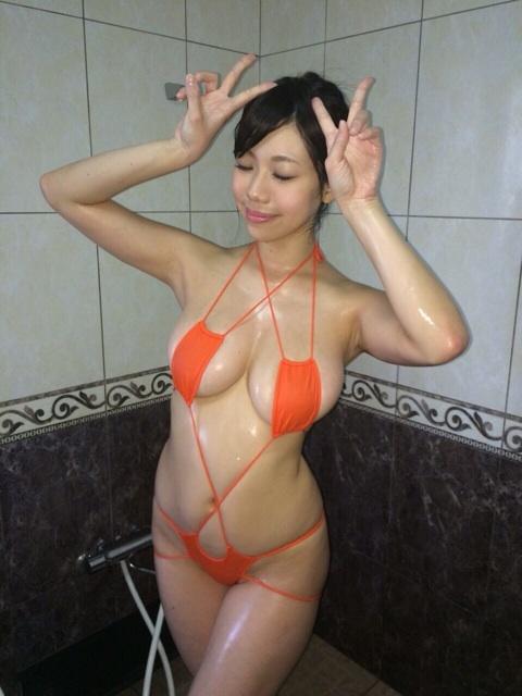 鈴木ふみ奈の変態水着グラビアのオフショット