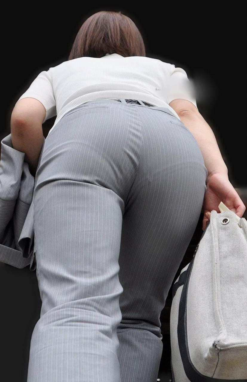 パンツスーツを履いてパン線くっきり、たくましいケツの女の子