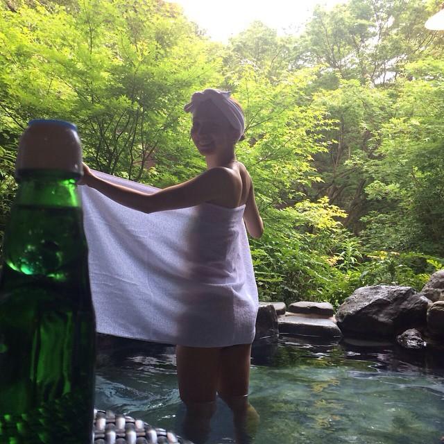 バスタオル1枚で温泉にいる芹那のセクシー画像