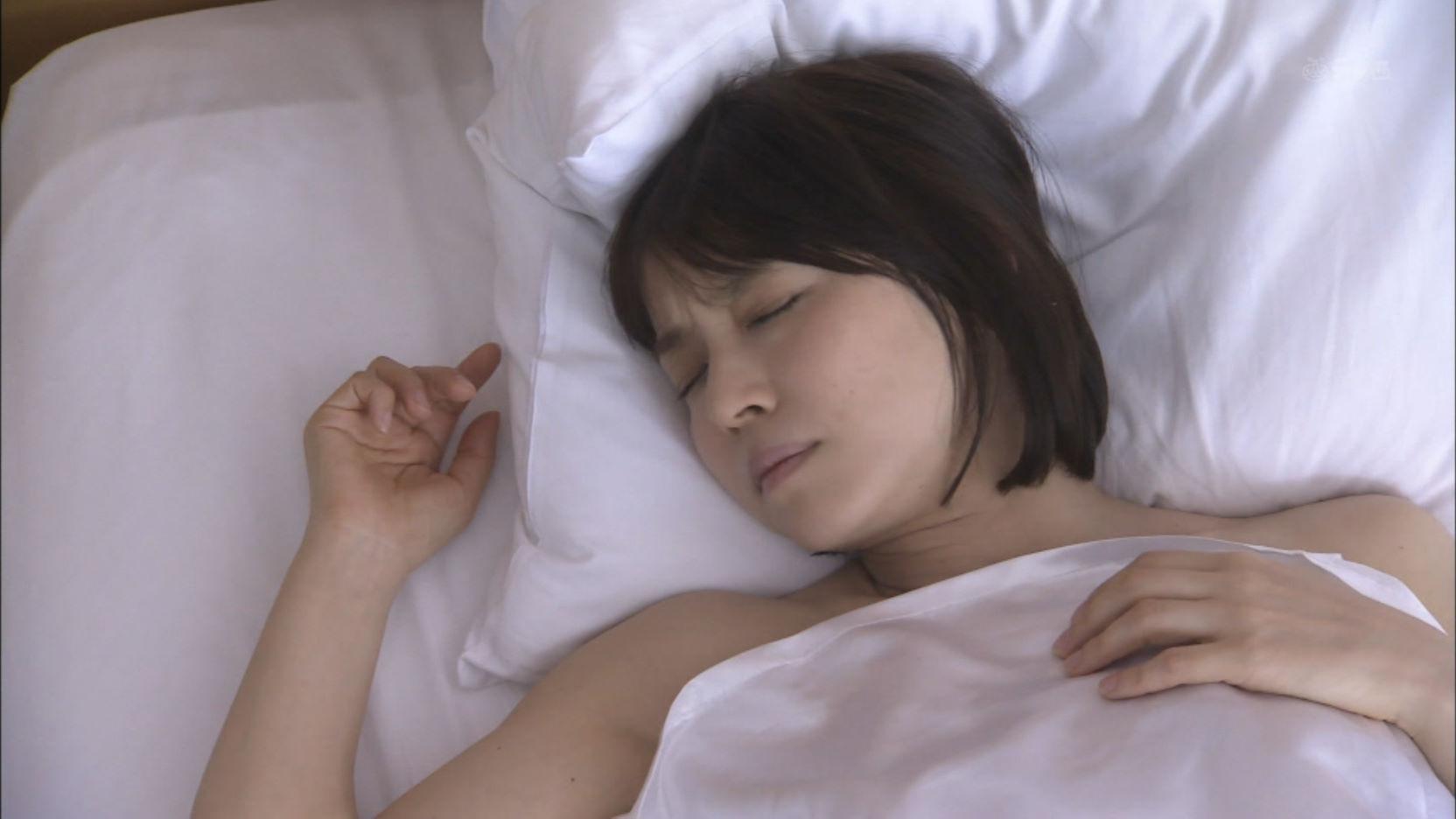 ドラマ「医師たちの恋愛事情」、上半身裸でベッドで寝る石田ゆり子