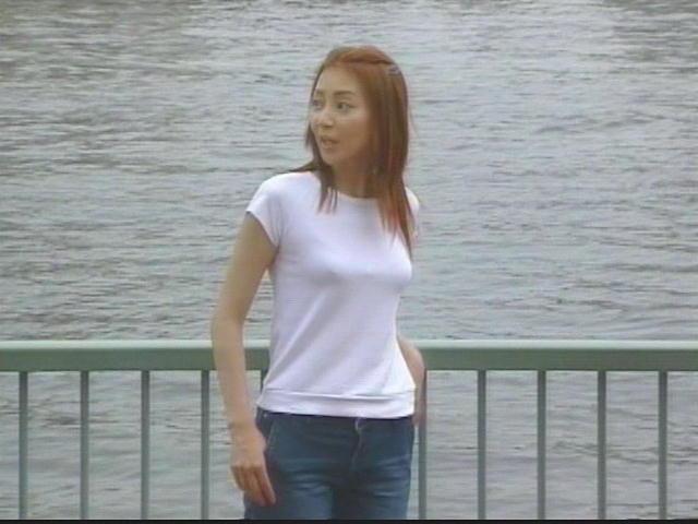 ドラマで白いTシャツを着て胸が強調されてる稲森いずみ