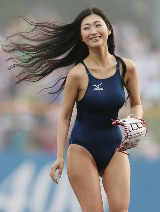 競泳水着で始球式に登場した壇蜜
