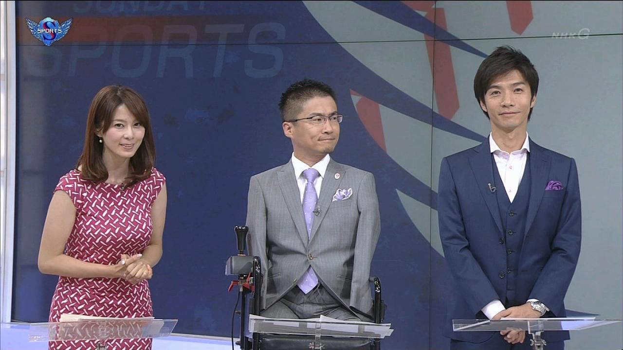 NHK「サンデースポーツ」にぴったりしたノースリーブワンピースで出演した杉浦友紀アナの爆乳、と乙武洋匡