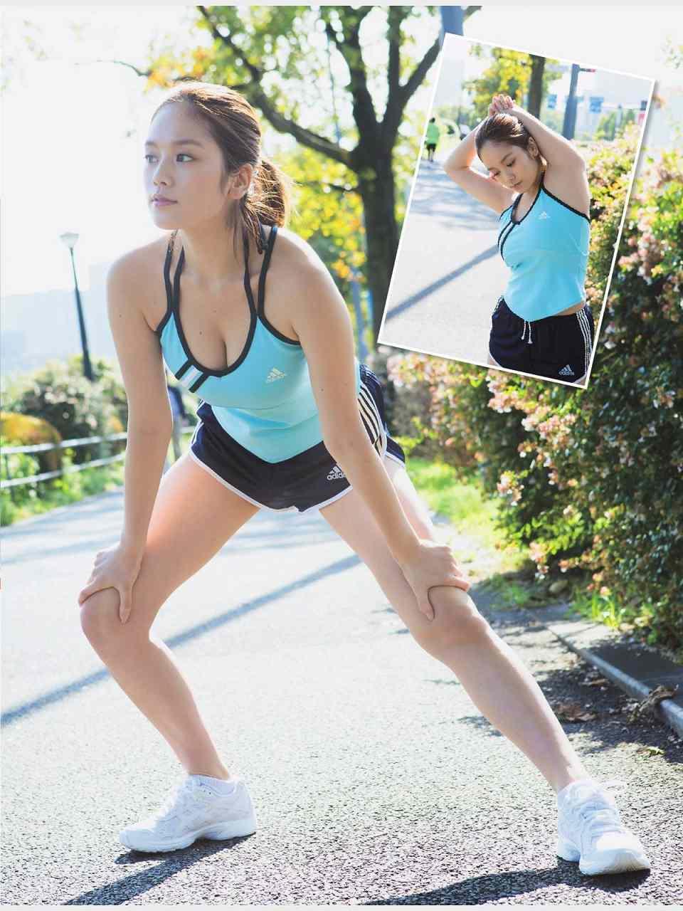 露出度の高いスポーツウェアを着て走る筧美和子