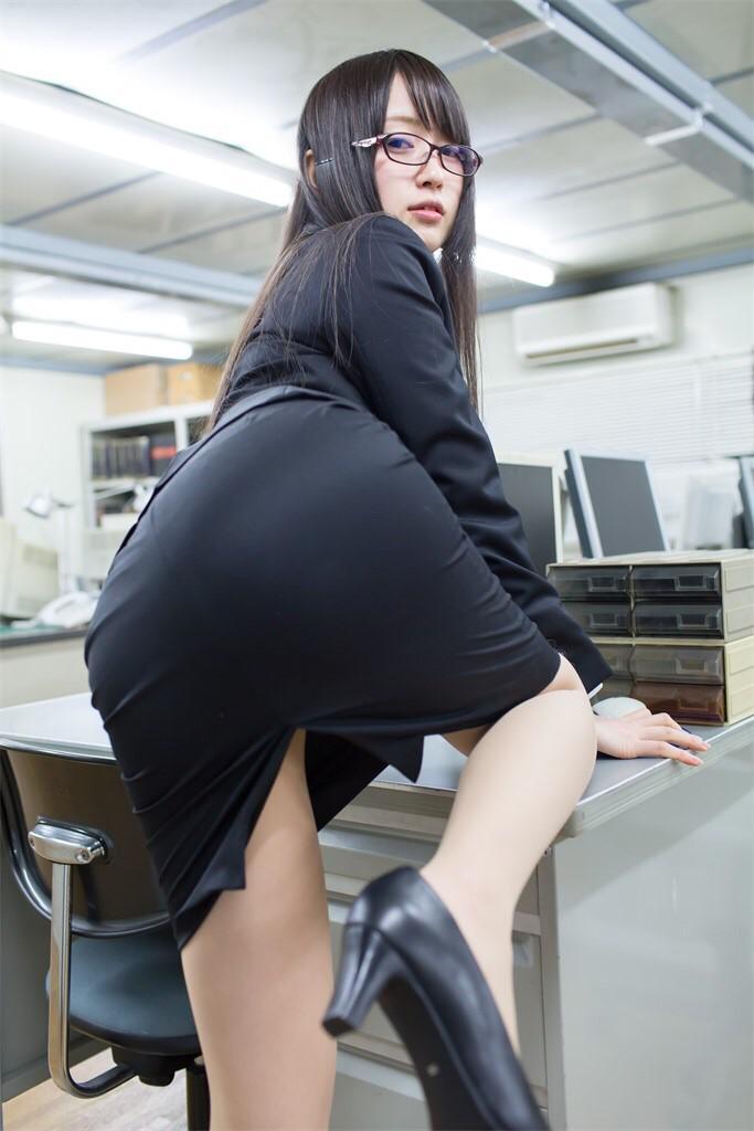 タイトスカートのスーツを着てお尻を突き出した御伽ねこむ