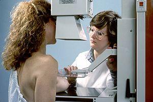マンモグラフィー検診を受ける女性