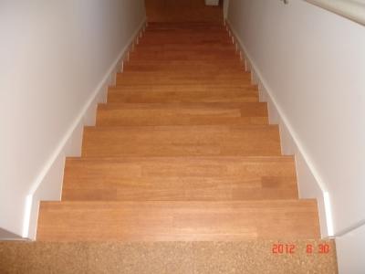 既存のフローリングの階段