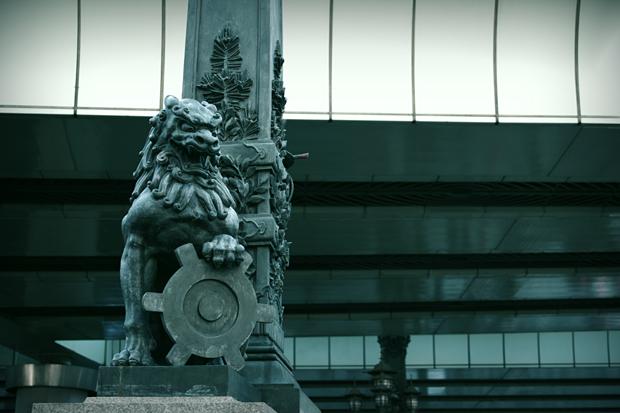 獅子像、持っているのは東京都のマークだよ!