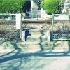 線路のを渡って門。