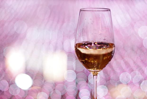 白いワインを飲んでますぅ♪