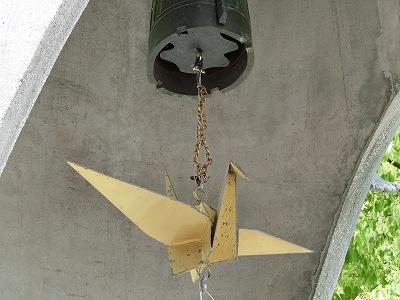 原爆の子の像下 折鶴の鐘