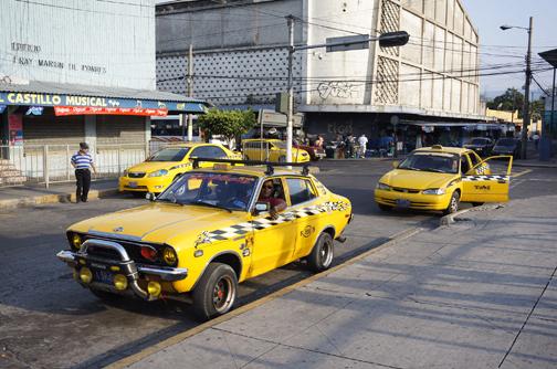 モグリのタクシー(手前)