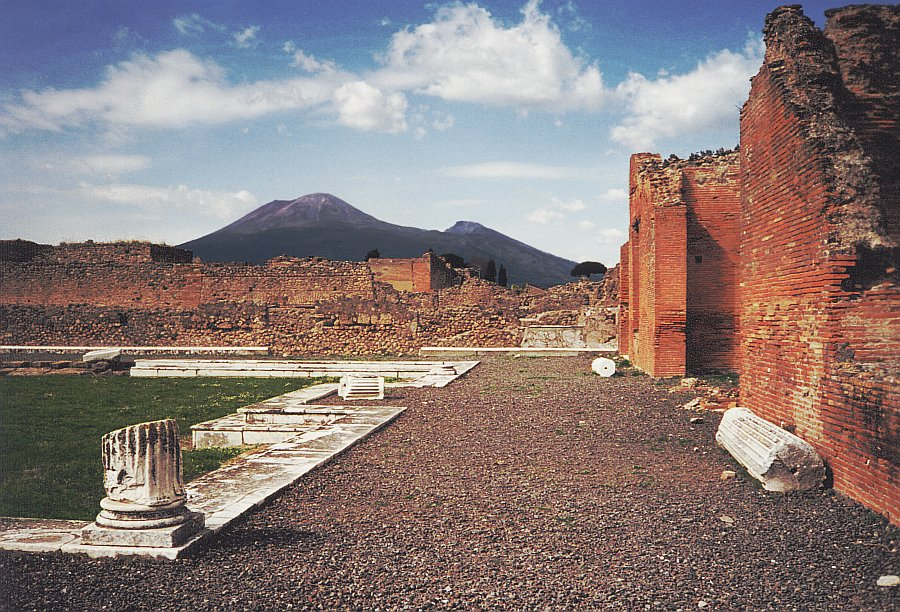 Vesuvius_from_Pompeii.jpg