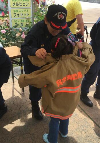 5消防服を着せてもらって