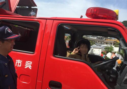 8消防車に乗せてもらい