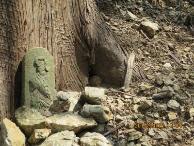 大天狗峠へ左び少し進んだ所にある小さな大天狗の像