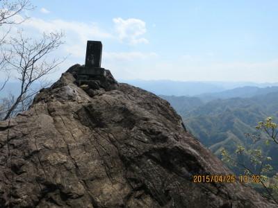 鹿岳一の岳山頂の摩利支天の石碑