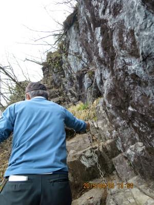 階段状の岩の急斜面の鎖場