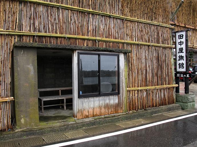 間垣の中のバス停(輪島市大沢地区)