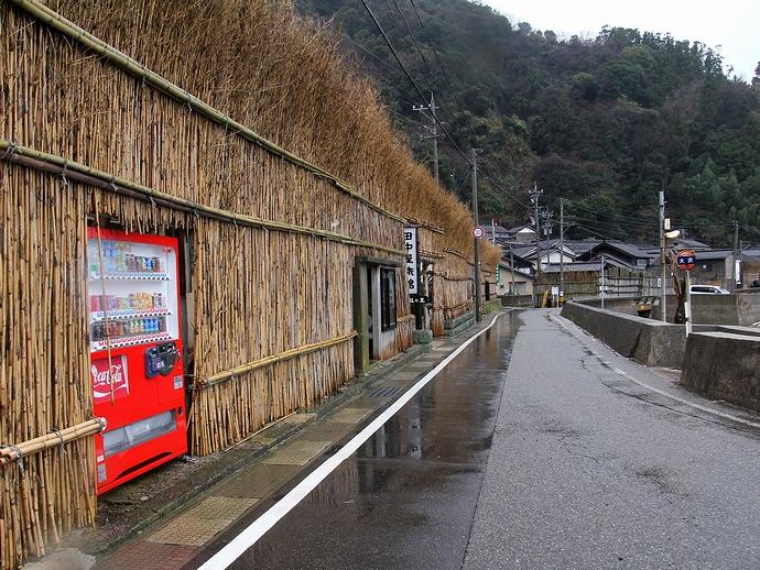 間垣の中に埋め込まれた自販機(輪島市大沢地区)