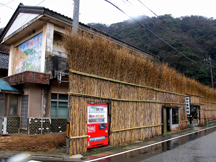 外浦村役場と間垣(輪島市大沢)